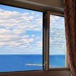 vista del mare dalla finestra della camera