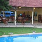 Blick vom Pool auf das Restaurant