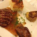 Trilogie de canard : magret, demi-cuisse de confit, escalopine de foie gras poêlé sur pain perdu