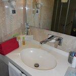 il bagno pulito e dotato di accessori