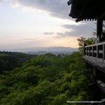 夕暮れの舞台から京の街を眺める