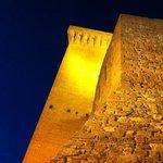 vista notturna della torre e della rocca