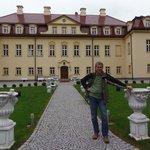 Wjazd do hotelu-pałacu