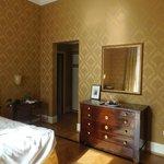 Chambre avec meuble ancien