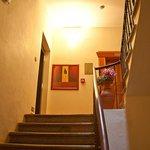 Лестница, слева - лифт