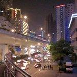 ホテル 江苏路と延安西路の交わる歩道橋から 夜