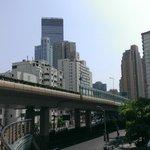 ホテル 江苏路と延安西路の交わる歩道橋から 昼