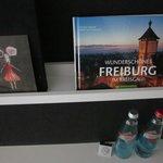 Dos botellas de agua cada día, detalle de la Dirección del Hotel + Documentación sobre Freiburg