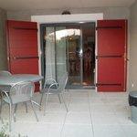 La terrasse et la porte d'entrée