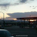 窓から見える風景。ガソリンスタンドの屋根越しに見る夕陽