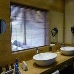 Blick vom Badezimmer ins Zimmer