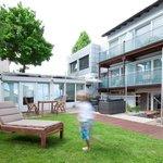 Unser neu gestalteter Garten bietet unseren Gästen die Möglichkeit zur Entspannung oder zum Früh