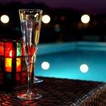 La terrasse de Millau Hôtel Club au bord de la piscine