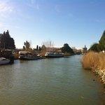 le canal et au fond la tour de Constance