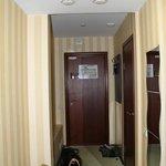 Вход в номер и коридор