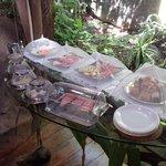 Cafe da manha, frutas, bolos e doces