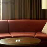 Il grande divano in camera