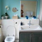 Nicely decorated modern bathroom.