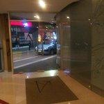 La entrada del hotel queda en una calle aledaña muy tranquila