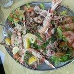 Grigliata di pesce misto con Spada, Tonno, Cernia,Totani e Scampi con pomodori e insalata