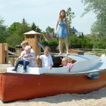 Spielboot und Spielplatz im Garten