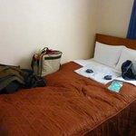Habitación con el yukata de cortesía sobre al cama