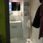 Вид из комнаты в прихожую-ванную комнату