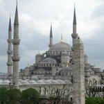 Je kijkt vanaf het dakterras op een Moskee.