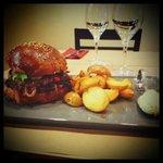 Le burger Maison avec un pain artisanal est de al viande 100% Française
