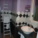 Salle de bains avec décoration originale