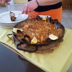 Sirviendo paella valenciana