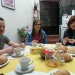 Aan het ontbijt, warme broodjes met verse honing uit eigen tuin