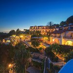 Panoramica notturna dell'albergo - Panoramic view of the hotel at night