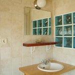 Baño común a dos habitaciones.
