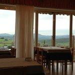 La sala da pranzo con vista sulla valle.