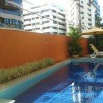 área da piscina apesar de pequena, agradável.