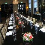De feestelijk gedekte tafel staat gereed