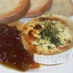 Queso de cabra gratinado con cebolla caramelizada. // Goat cheese au gratin with sweet onions.