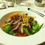salade folle gourmande avec mesclun,pignon de pins gesiers confits,foie gras maison tomates