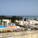 Vista della baia del villaggio e della piscina dalla terrazza del bilocale H6