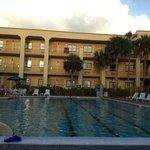La piscine et une aile de l'hôtel