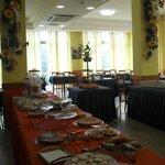 Oltre ai dolci (della foto) ci sono anke molte pietanze per una colazione internazionale