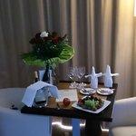 """Vue sur notre """"Table d'amoureux"""" que j'ai réservée pour notre arrivée."""