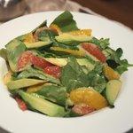 Salade d'épinards et d'avocats aux agrumes