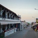 улица с кафе и ресторанами ведет на море
