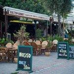 в городке множество очень приятных европейских кафе и ресторанов