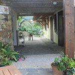 L'accès aux chambres depuis la terrasse