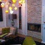 Kamin und Sitzecke im Zimmer