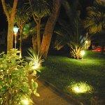 Der Garten des Hotels am Abend