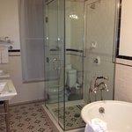 deluxe king corner room bath